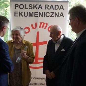 Danuta i Zbigniew Baszkowscy z nagrodą Polskiej Rady Ekumenicznej